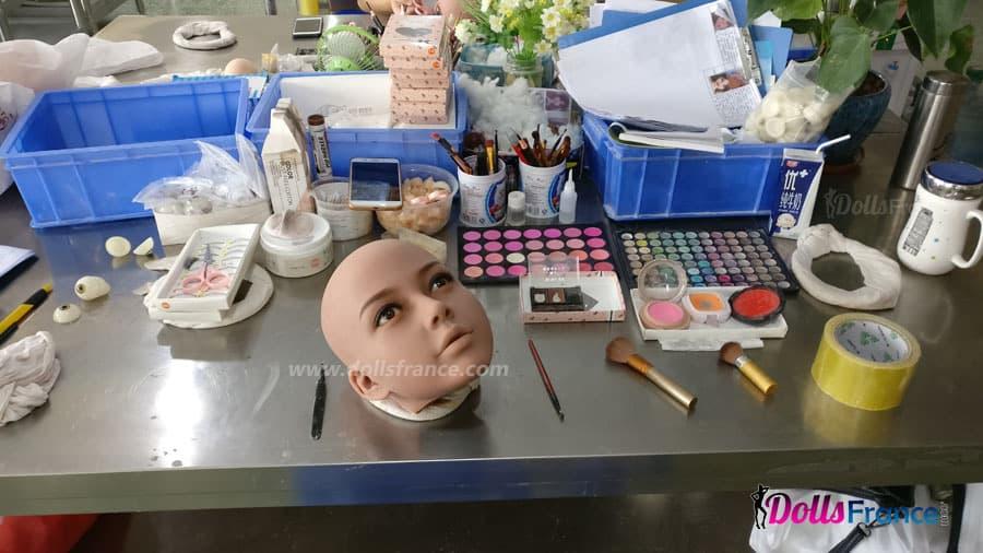 maquillage du visage de la poupée sexe